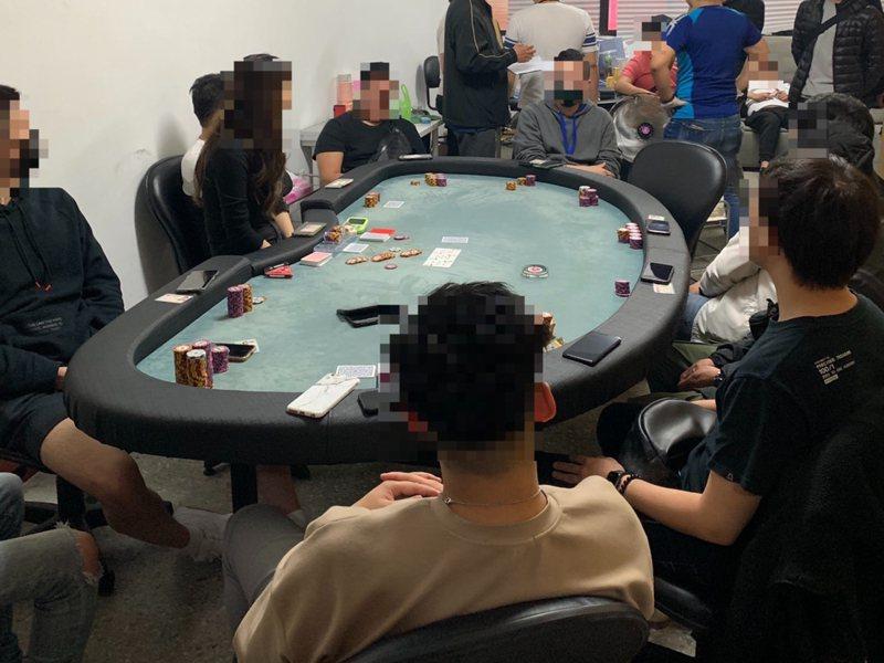 現場多名富二代被警方攻堅行動嚇了一跳,坐在賭桌旁一動不動。記者巫鴻瑋/翻攝