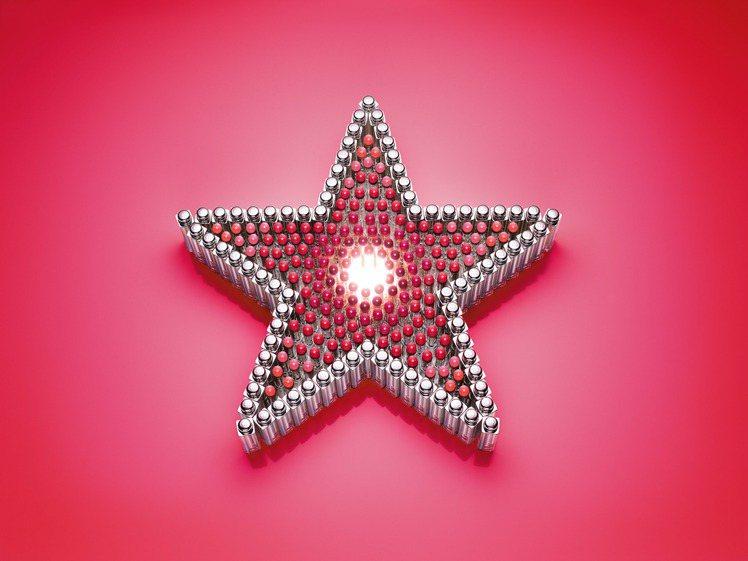 星星是迪奧先生專屬的幸運符號,星星被加入唇彩之中,一同來摘星。圖/迪奧提供