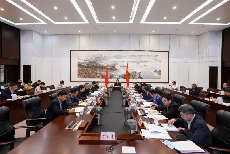 20日下午,杭州市新冠肺炎疫情防控工作領導小組召開會議,全體與會人員摘下了口罩。圖/取自杭州發布