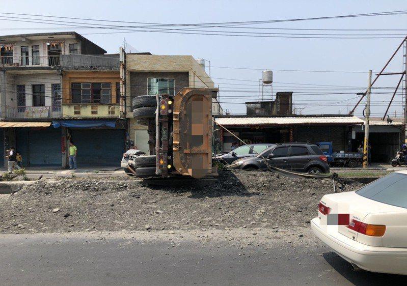 砂石車不明原因失控,車體中後段翻覆在安全道上。記者潘欣中/翻攝
