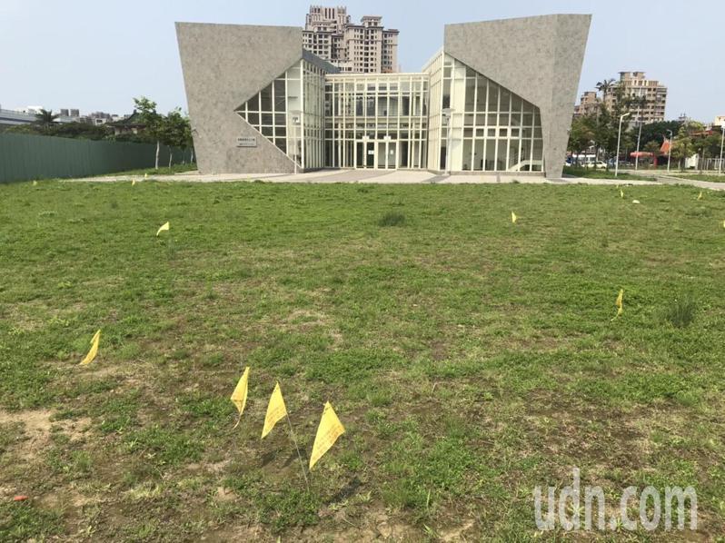 福興路台科大「前瞻研發中心大樓」前草地,也發現60處蟻窩,縣府相關單位會勘後已豎立警示牌及黃色三角旗警示。記者陳斯穎/攝影