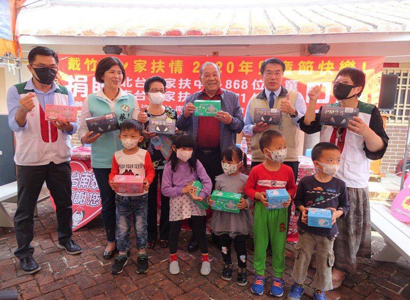 康那香董事長戴榮吉(後排右三)贈送1439盒口罩給家扶中心小朋友,台南市長黃偉哲(後排右二)趕來致意。圖/北家扶中心提供