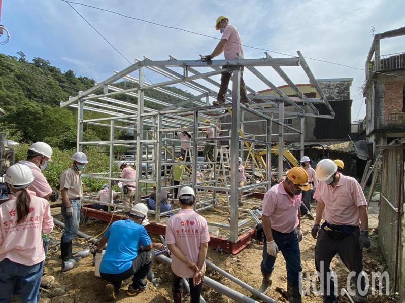 台灣心義工團在理事長尤瑞豊帶領下,籌資約55萬元,購買了建材,運往蘇澳,而所有蓋屋的工人都是義工,主動從台灣各地集結,為「阿成」蓋屋而來。記者羅建旺/攝影