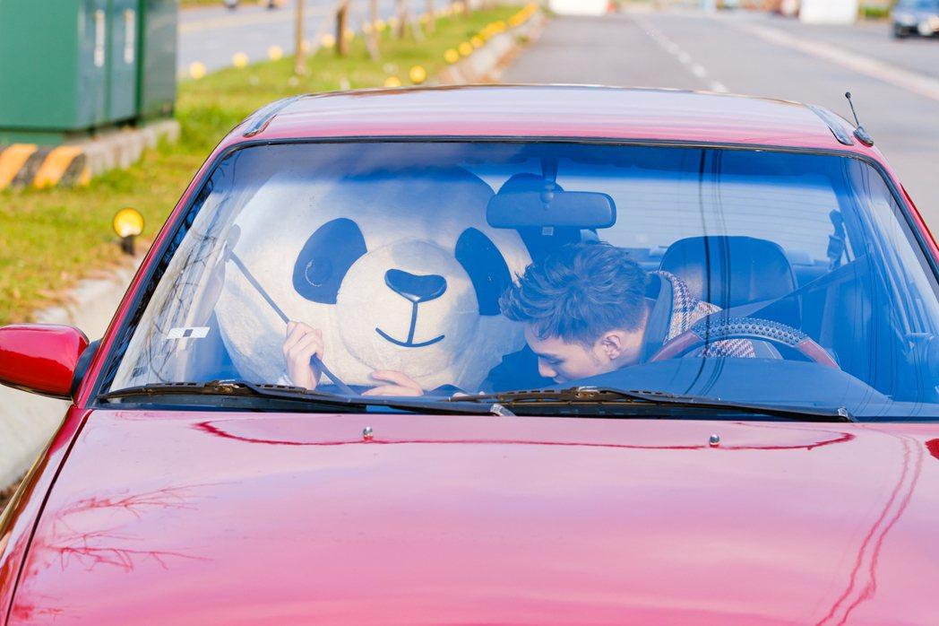 黃偉晉開手排車頻熄火、急煞,嚇壞熊貓臨演。圖/愛貝克思提供