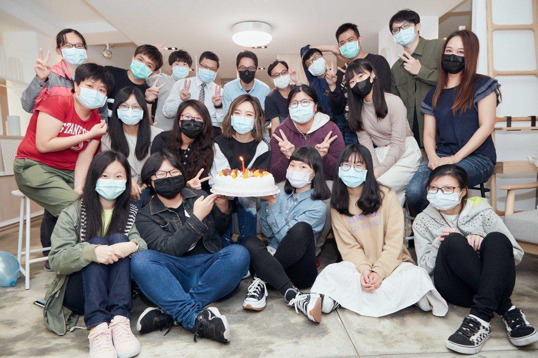 閻奕格與20位粉絲舉辦小型慶生會同樂。圖/華研唱片提供