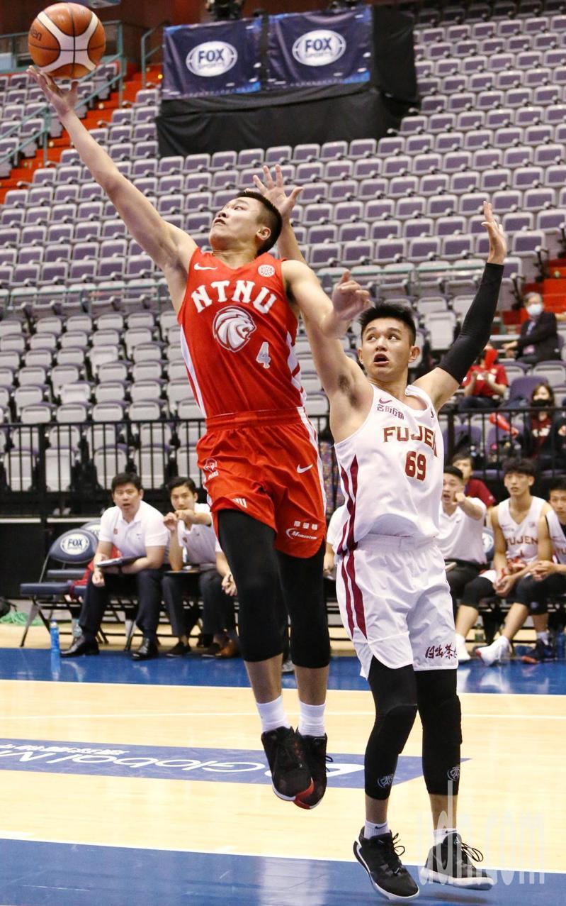 大專校院籃球運動聯賽UBA比賽由輔仁大學對上台灣師範大學,最後師大以2分之差70:68擊敗輔大,進入冠軍戰,師大4號陳又瑋上籃得分。記者曾原信/攝影