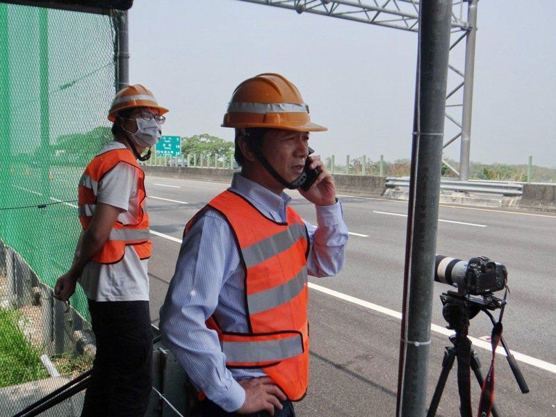 林內鄉長張維崢親往了解紫斑蝶過境情況並連繫高公局未來兩天是否繼續封路。記者蔡維斌/攝影