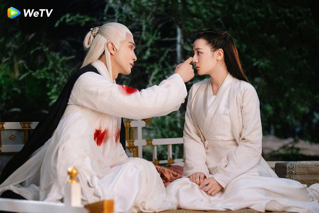 高偉光(左)、迪麗熱巴在「三生三世枕上書」愛得難分難捨。圖/WeTV提供