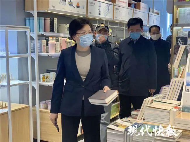 11日南京市市長韓立明走訪考察大眾書局新城市廣場店,買了兩本書。圖/取自現代快報