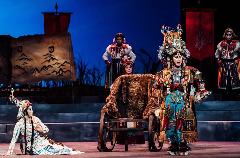 台灣豫劇團原訂昨天、今天在高雄衛武營演出《天問》,因疫情竟在昨天演出前幾小時臨時喊停,被觀眾罵翻。圖/衛武營國家藝術文化中心提供