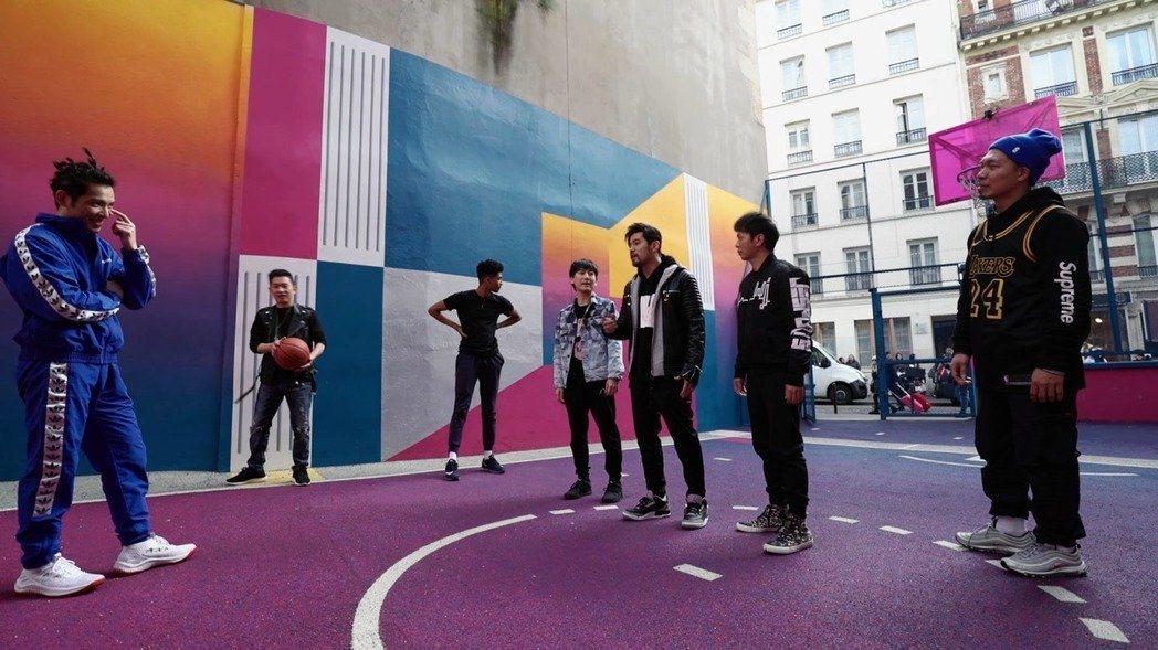 周杰倫(右三)跟蕭敬騰(左)上演街頭籃球對決。圖/Netflix提供