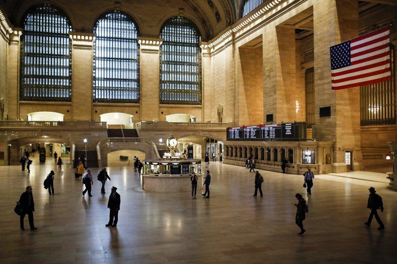 往日人頭攢動的曼哈頓大中央車站,旅客寥寥無幾。(美聯社)