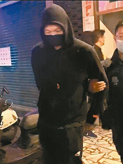 SBL球星成力煥涉賭,在警方隨同下步出賭場,隨即帶回警局協助辦案。 記者巫鴻瑋/翻攝