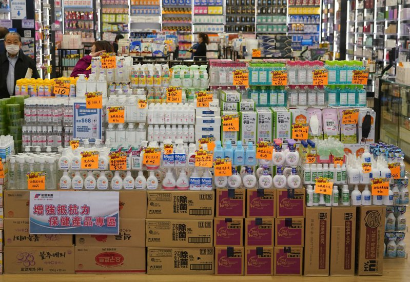 一個多月前,香港市面各種防疫用品被搶購一空。如今,除平價口罩外,各種防疫用品供貨充足,反而乏人問津。 中新社