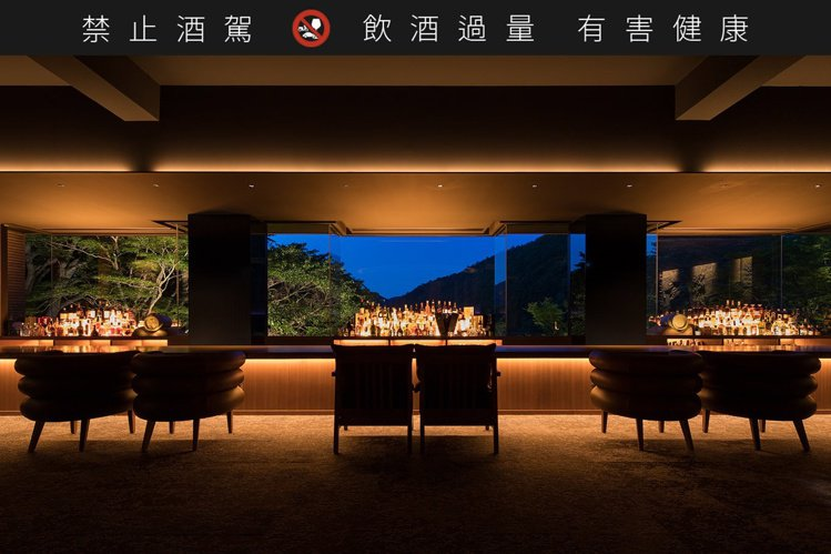 Bar Hotel 箱根香山的酒吧,有著大片窗景點綴。圖/取自Bar Hotel...