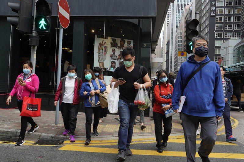 香港22日再增44例新冠肺炎確診病例,累計達317例。 美聯社