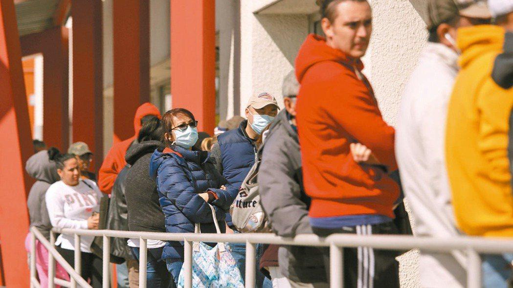 美國拉斯維加斯市申請失業給付的人大排長龍。 美聯社