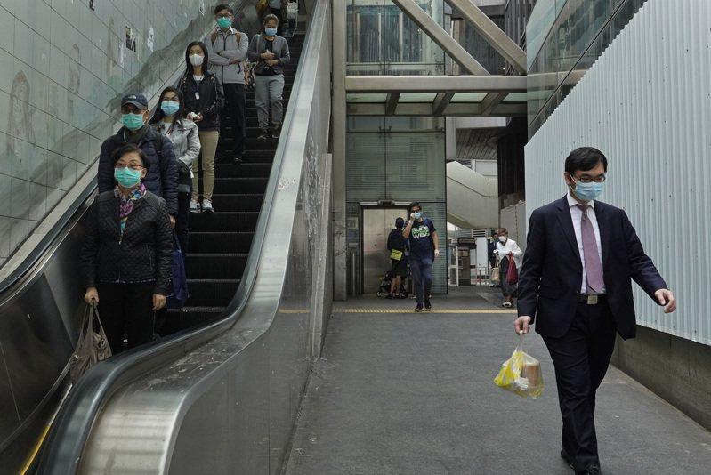 香港財政司長陳茂波今(22日)表示,香港經濟正處於「水深火熱」,多項數據顯示香港經濟環境正不斷惡化,比SARS時還要嚴重。 美聯社