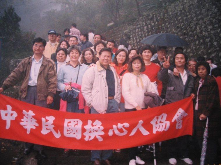 1995年成立的換心人協會,不定期舉辦登山聚會,互相鼓勵,魏崢(中)打頭陣參與活...