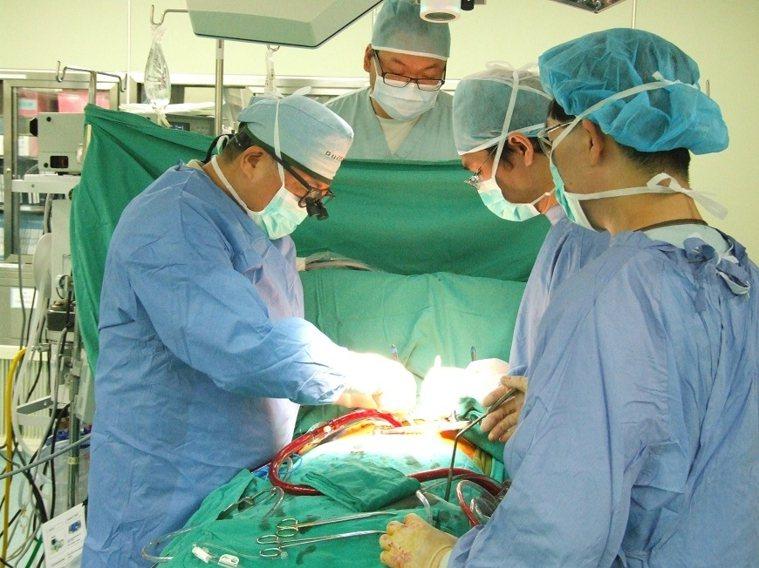 魏崢(左)長期培養心臟醫療團隊,提出要求「一定要超越我」,下一代的醫師同為「開心...