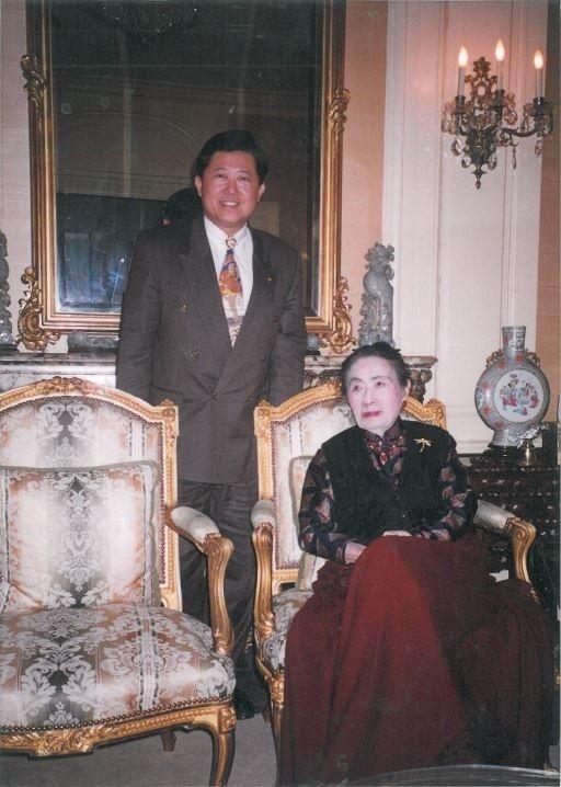 振興醫院由「蔣夫人」蔣宋美齡(右)所創辦,當時她已超過百歲,於紐約家中看到魏崢時...