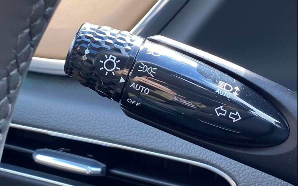 Sonata上的滾花方向燈旋鈕。 摘自Hyundai