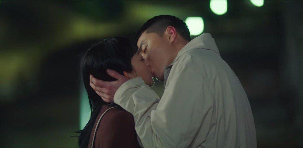 朴敘俊深情長吻金多美。圖/翻攝自Netflix