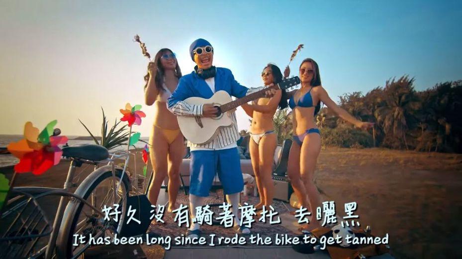 由馬來西亞知名音樂人黃明志創作且自導自演的高雄觀光主題曲「出去走走」MV,今天晚間首播。圖/翻攝「出去走走」MV畫面