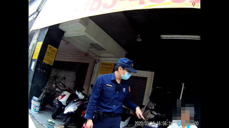 台中市第一警分局繼中所19日協助受困路旁的鄭姓男子聯絡家人,順利取得鑰匙與手機。圖/第一警分局提供
