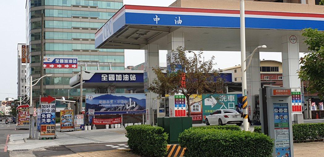 桃園市經國路一家新開幕的加油站就開在經營多年同行隔壁,兩家頻推優惠價。記者鄭國樑...