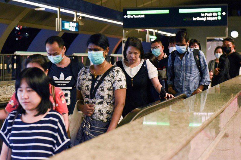 新加坡人搭乘捷運。法新社