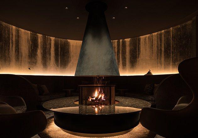 直徑達2.2公尺的暖爐,塑造出溫暖的品酒空間。圖/取自Bar Hotel 箱根香...