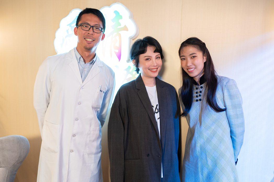 王若琳(右)、魏如萱、泌尿科醫師程威銘攜手回答單身男網友的辛辣問題。圖/索尼音樂