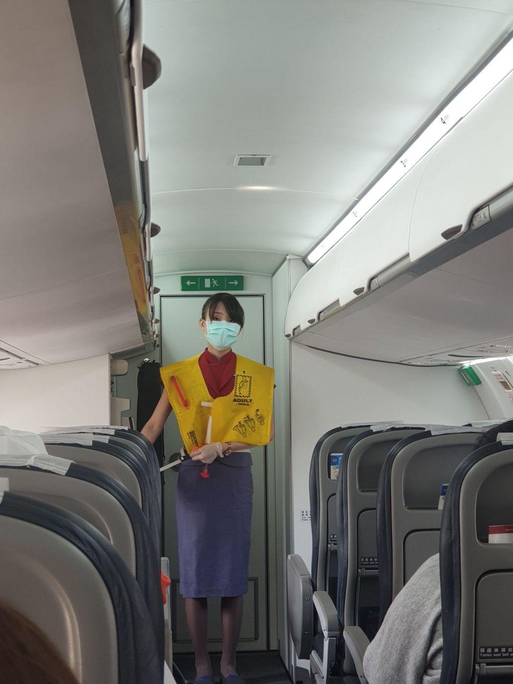 華信航空要求旅客須全程戴口罩、量體溫。圖/讀者提供