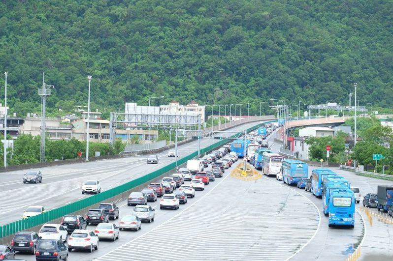 國5雪山隧道將最低速限從60公里提升為70公里,並從2017年4月開始開罰,但龜速車並未消失。 圖/聯合報系資料照