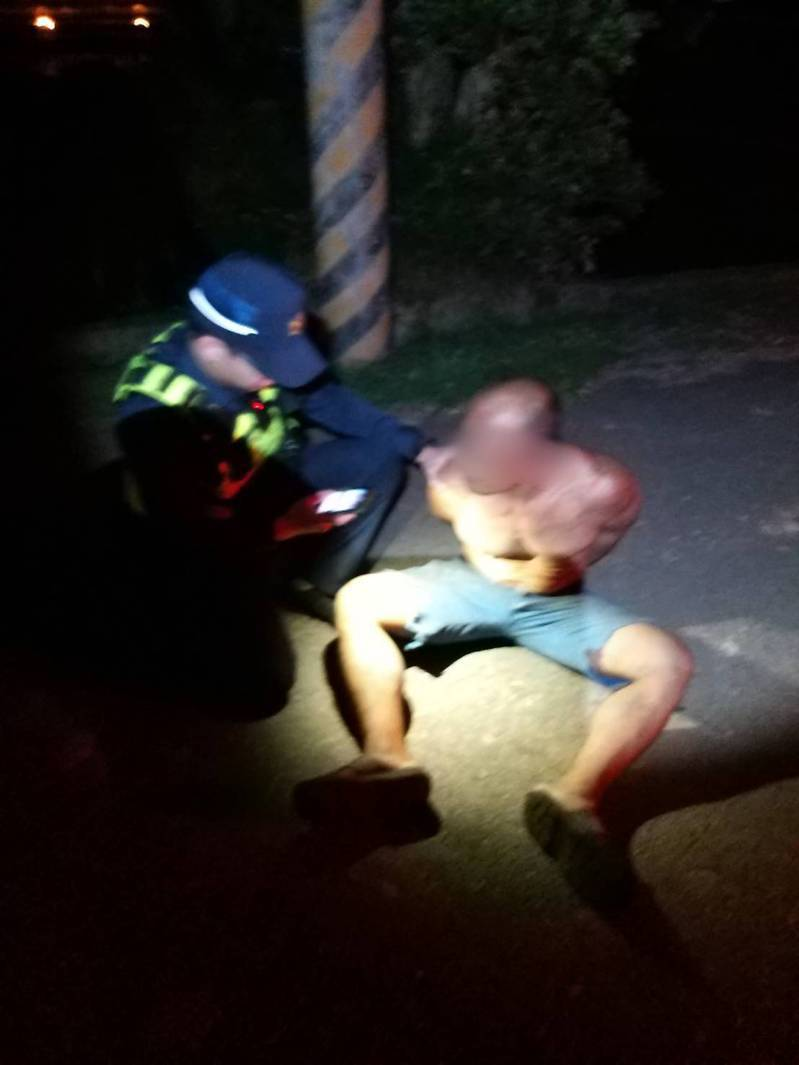 警方喝斥後羅嫌從電桿上下來。記者鄭國樑/翻攝