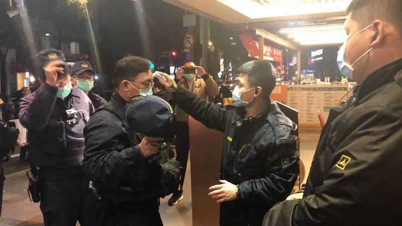警方進入店內臨檢前先量體溫。蕭雅娟/翻攝