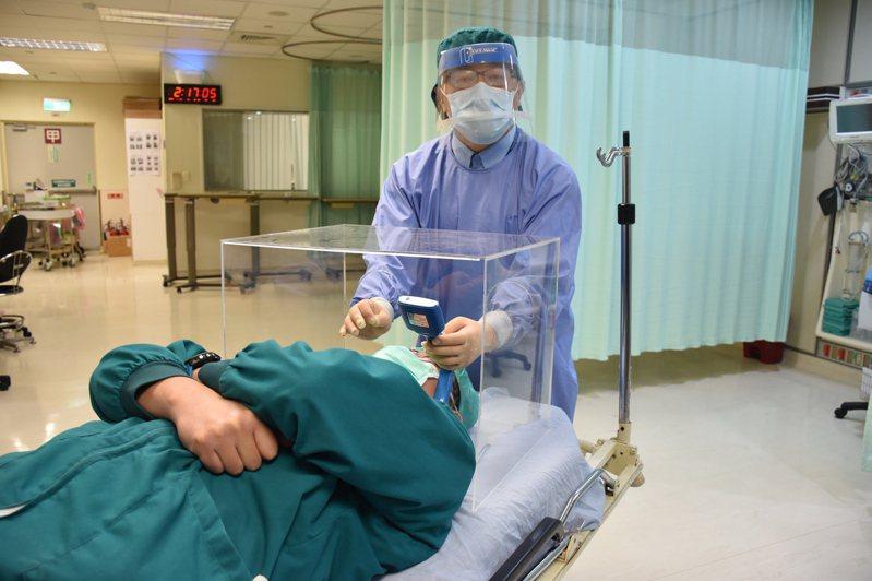 花蓮門諾醫院麻醉科主治醫師賴賢勇從嬰兒保溫箱發想,自製「防護插管箱」,讓醫護人員多一層保護,吸引歐美醫師詢問。記者王思慧/攝影