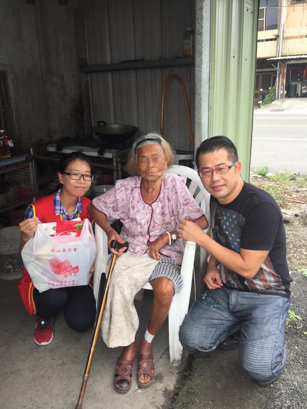 造型師林國基(右)探視獨居老人家。圖/艾迪昇傳播提供