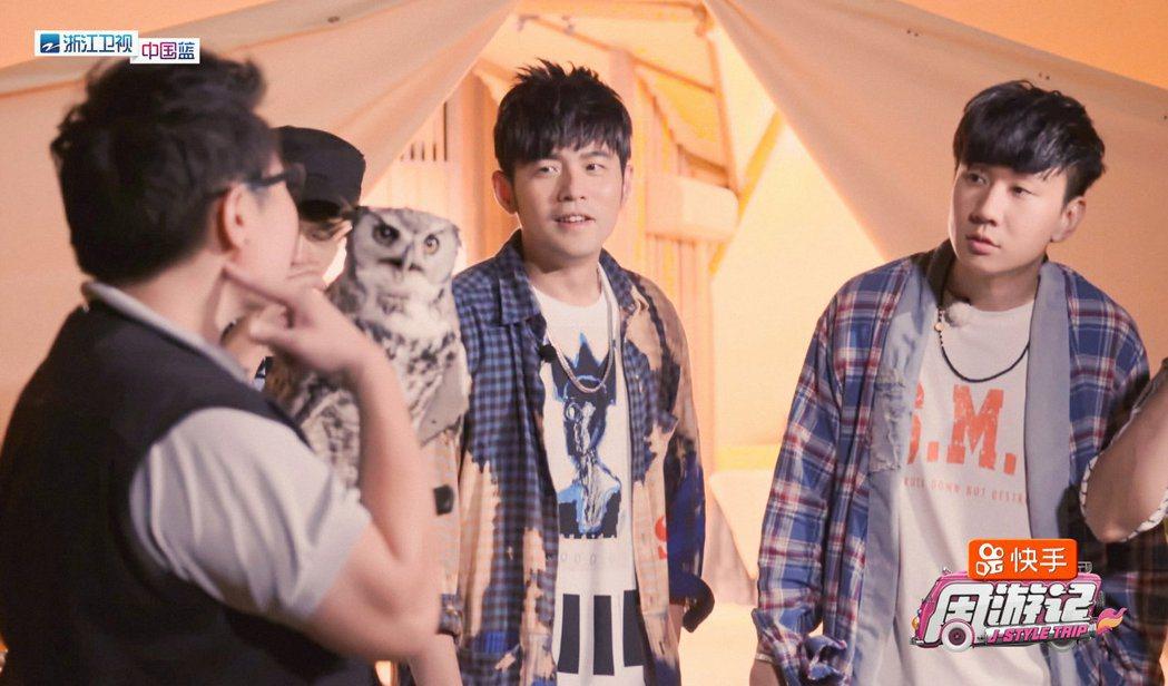 周杰倫(中)邀來林俊傑(右)擔任嘉賓。圖/摘自微博