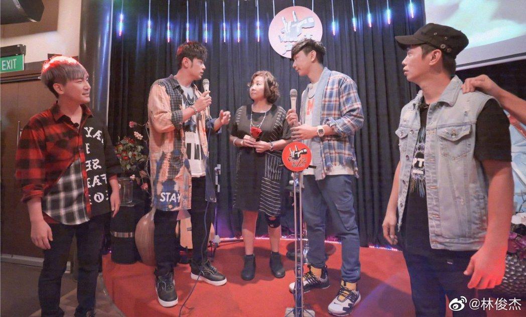 林俊傑(右二)特別邀請周董(左二)到媽媽開設的KTV高歌。圖/摘自微博