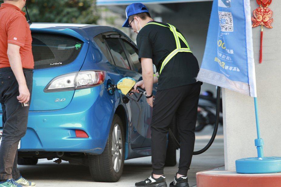 沙俄兩國削價增產石油,預估下周汽、柴油零售價格每公升約各調降0.7元。記者許正宏/攝影