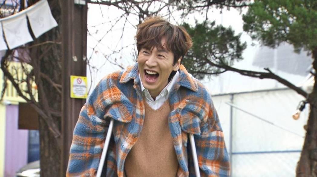 李光洙拄拐杖進場。圖/摘自SBS