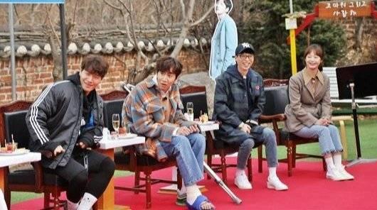 李光洙坐著參與錄影。圖/摘自SBS
