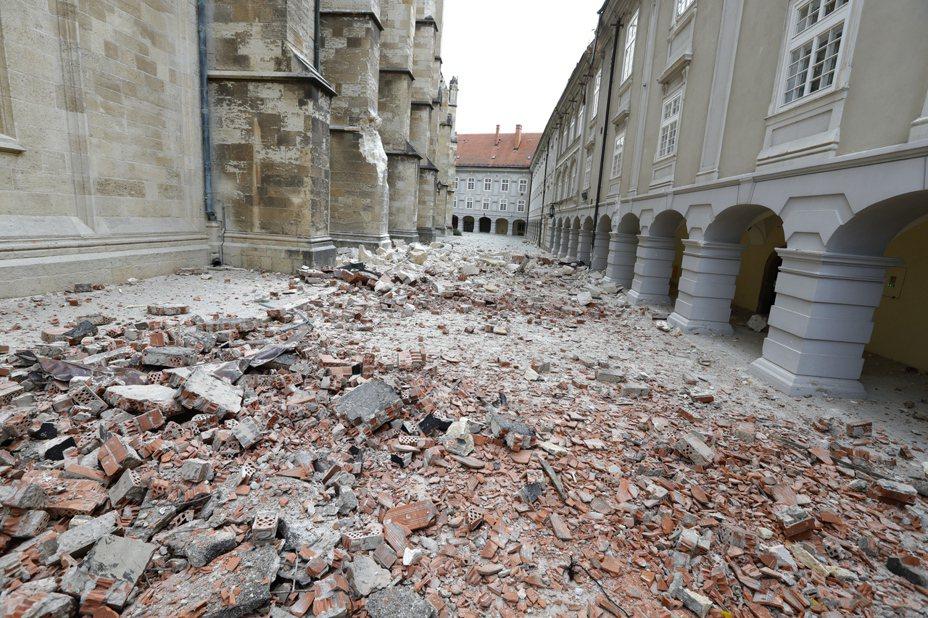 克羅埃西亞首都札格拉布廿二日發生芮氏規模五點三強震,街上磚塊散落一地。(歐新社)