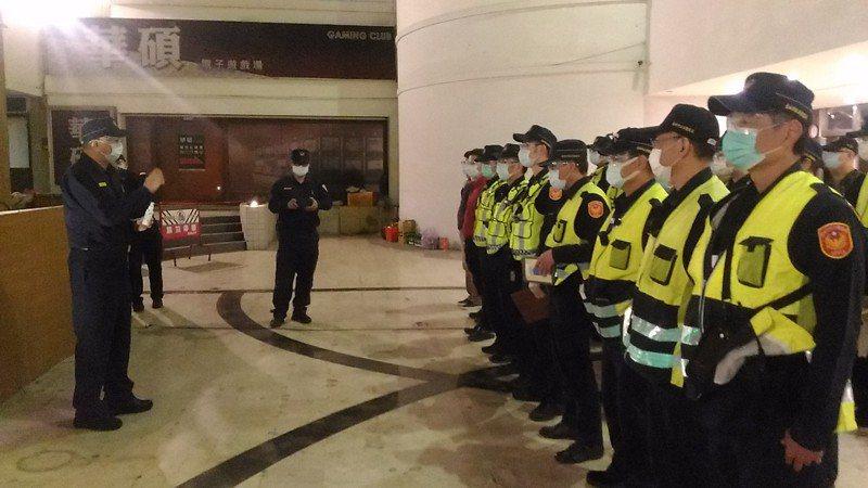 台南市警二分局今晚擴大臨檢夜店,員警配戴口罩、護目鏡和手套,面對疫情,個個不敢輕忽大意。記者黃宣翰/攝影