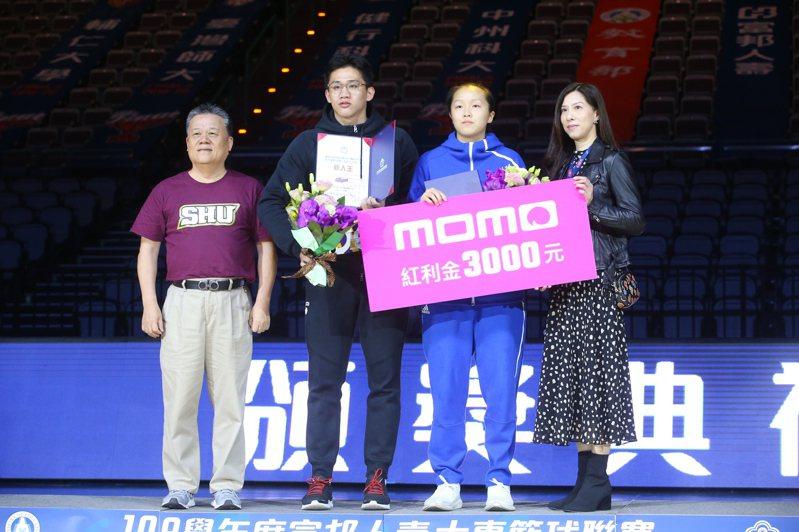 林彥廷(左二)摘下新人王獎項。記者葉信菉/攝影