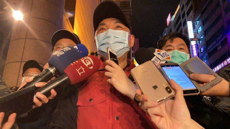 侯友宜接受訪問時,向市民呼籲「人多的地方、不通風的地方不要再去了,不要再趴趴的走。」記者柯毓庭/攝影