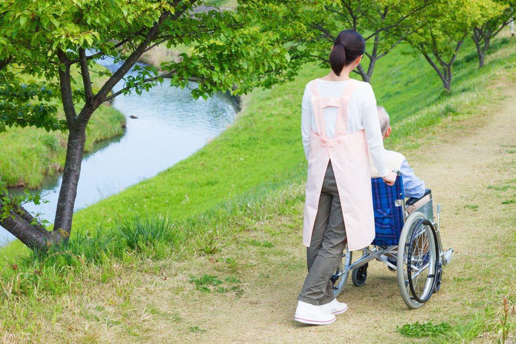 照護病人是長期抗戰,建議尋求親友與社會資源協助。 圖╱123RF