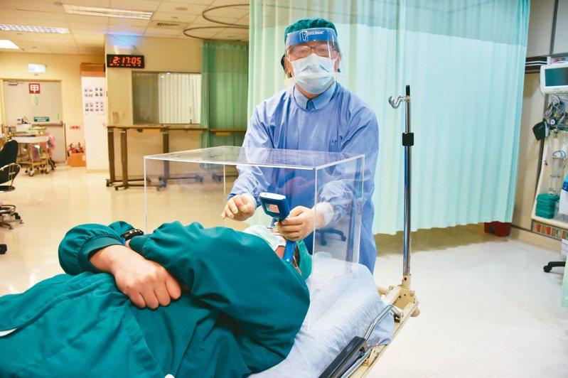 花蓮門諾醫院麻醉科主治醫師賴賢勇自製「防護插管箱」,讓醫護人員多一層保護,吸引歐美醫師詢問。 記者王思慧/攝影